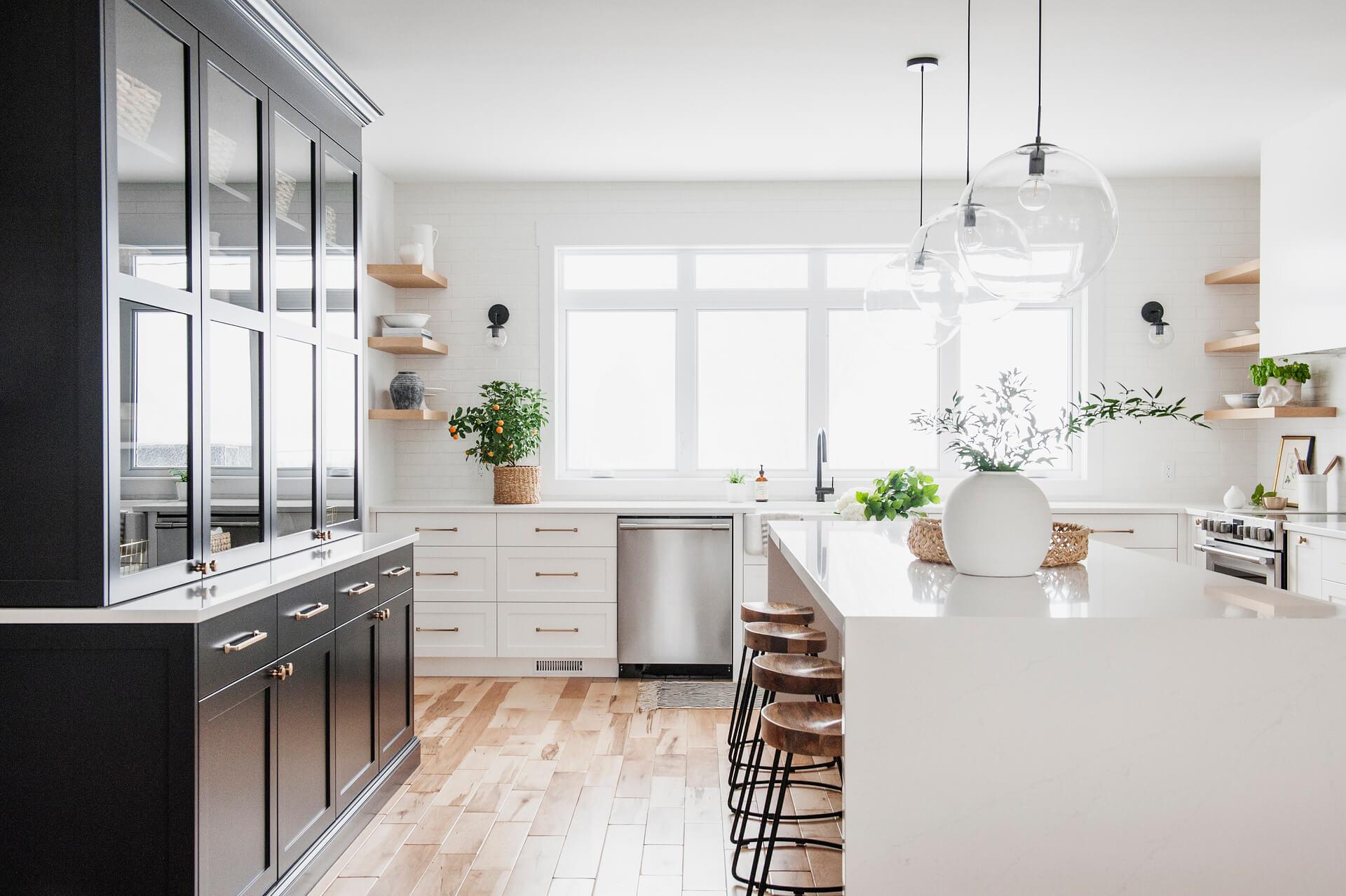 1 AKB Design cuisine blanche armoire noire poignee laiton comptoir quartz garde manger 1a