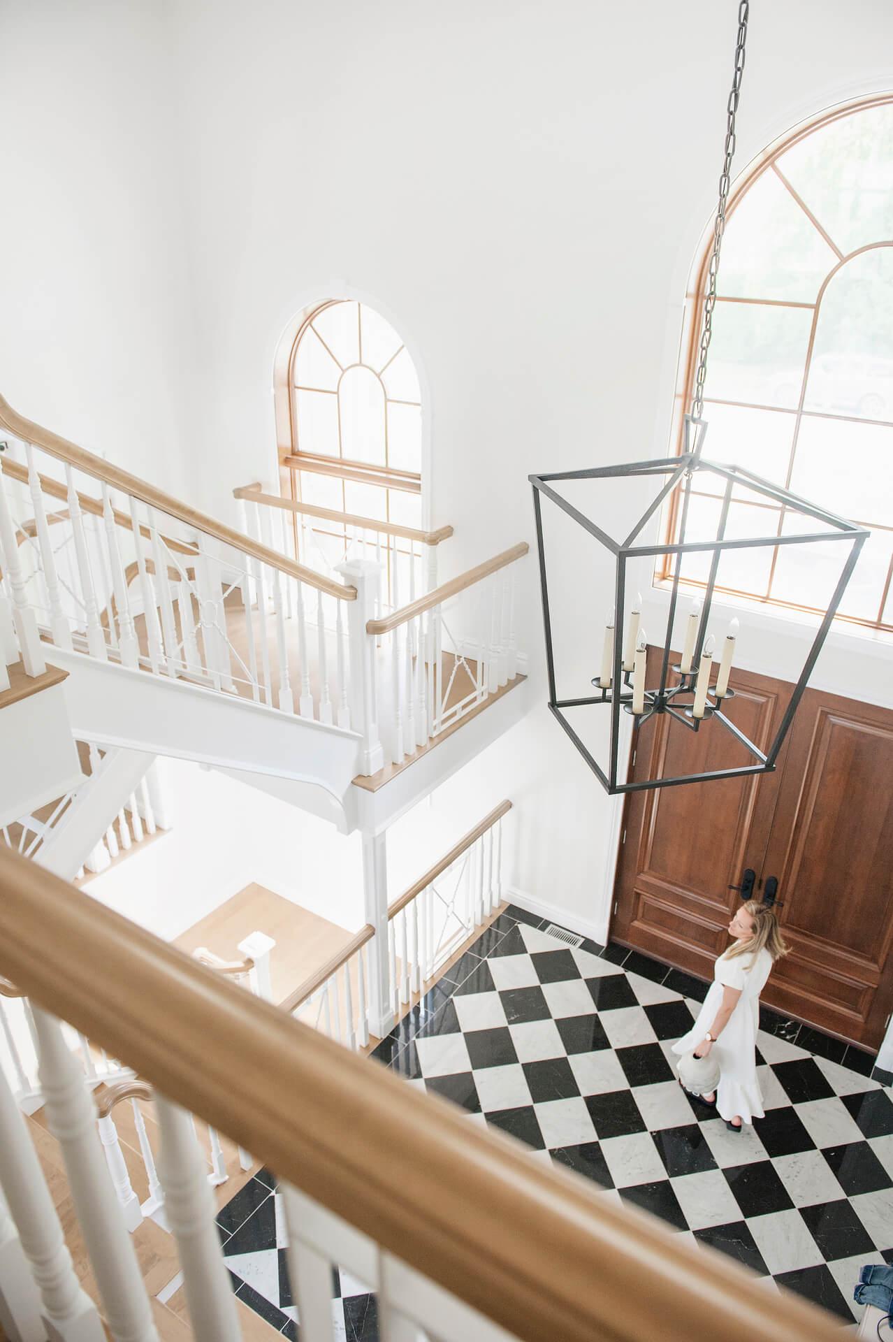 7 AKB Design entree classique damier marbre noir et blanc lanterne porte en bois