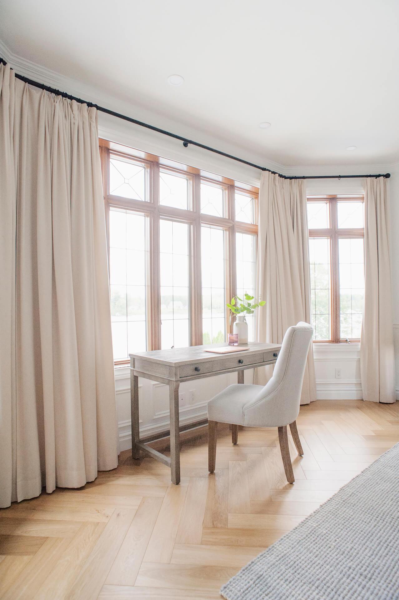 AKB Design chambre des maitres lit baldaquin plancher chene blanc herringbone 2