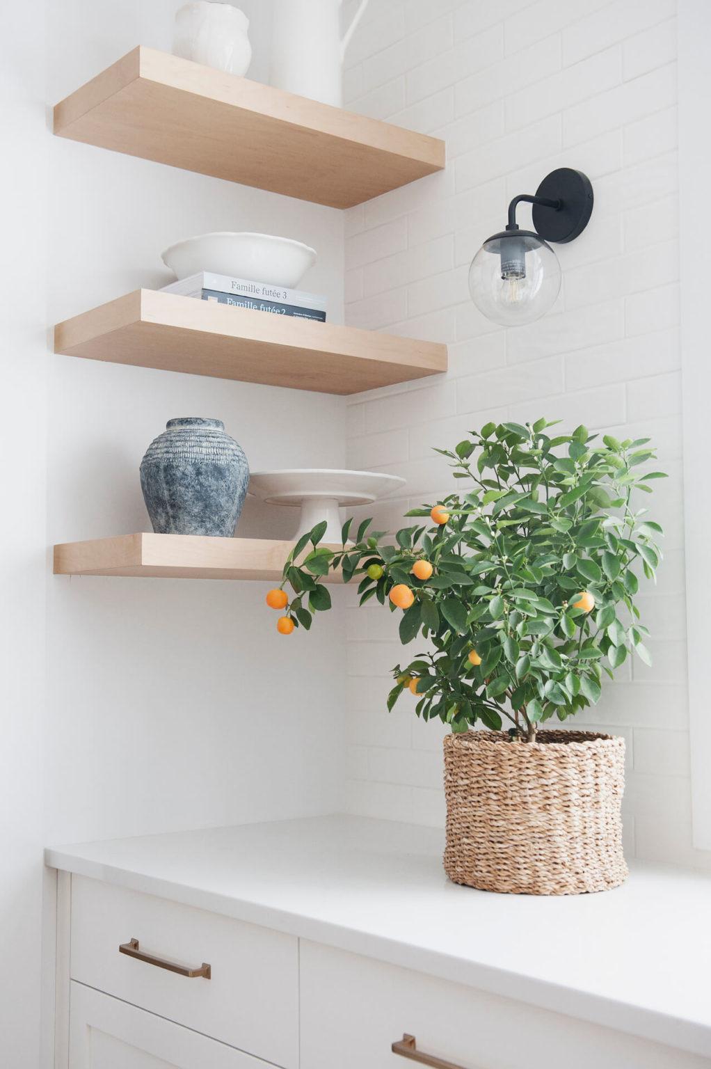 AKB Design cuisine blanche armoire noire poignee laiton comptoir quartz garde manger 11