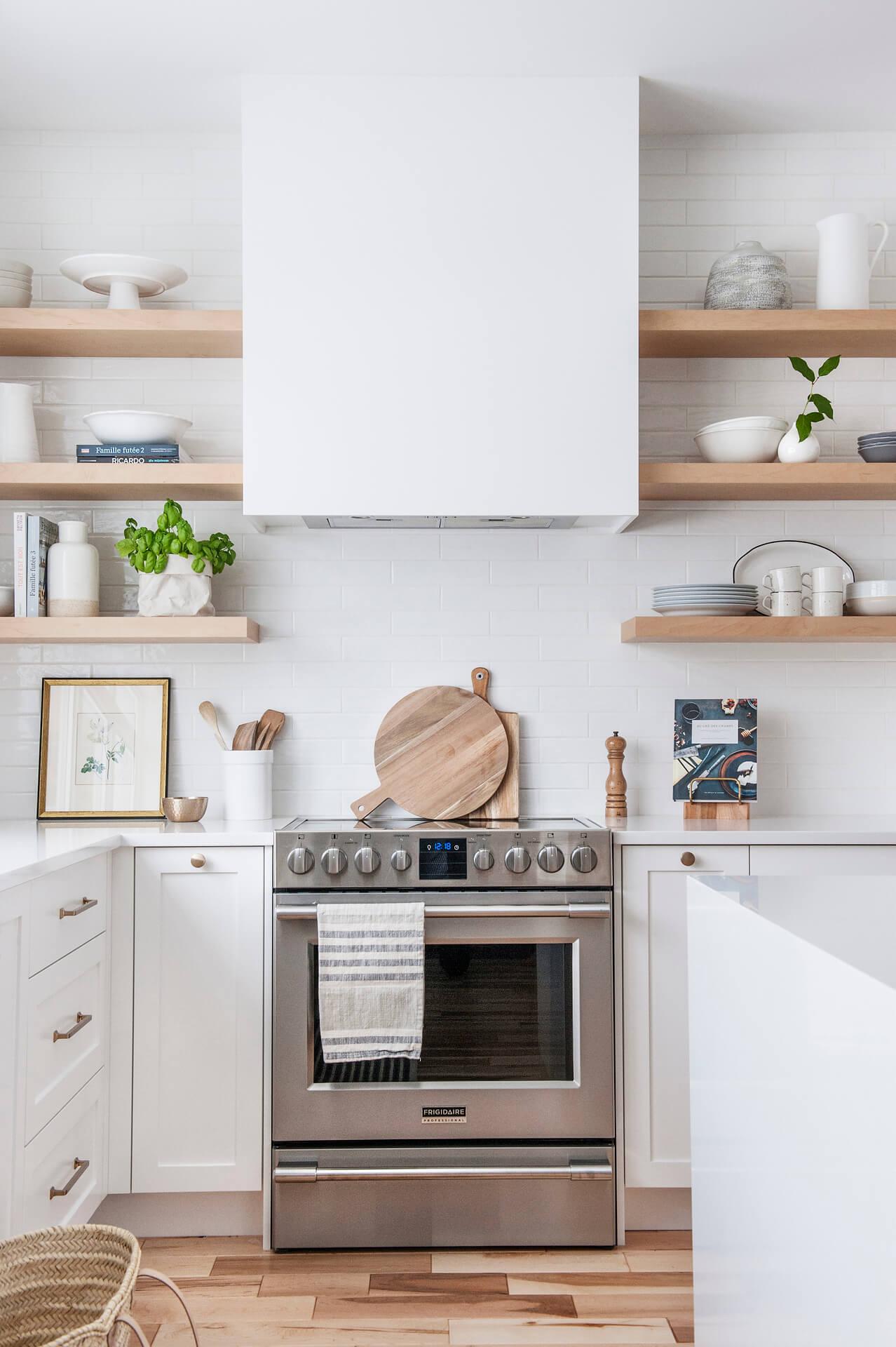 AKB Design cuisine blanche armoire noire poignee laiton comptoir quartz garde manger 17
