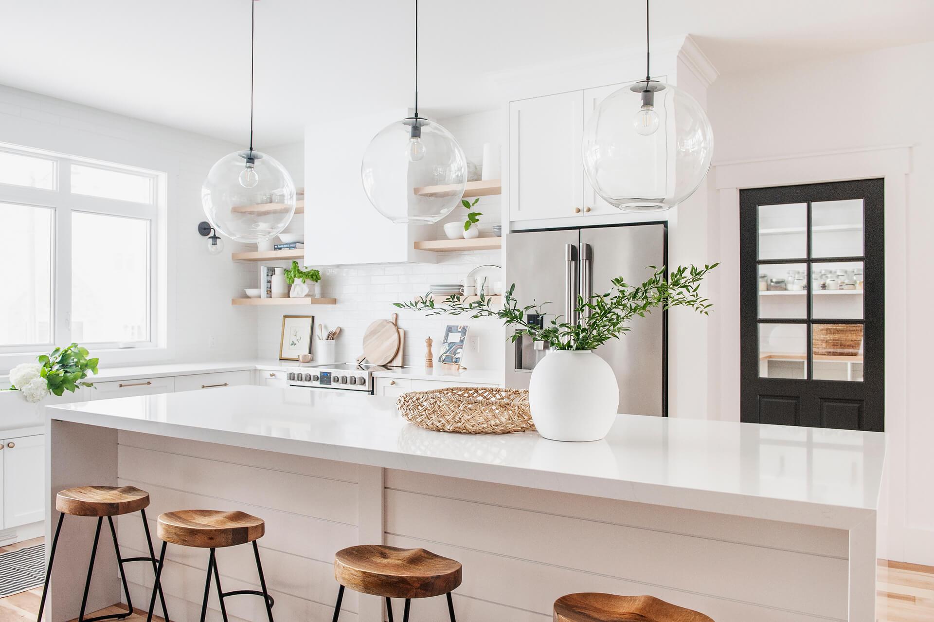 AKB Design cuisine blanche armoire noire poignee laiton comptoir quartz garde manger 18