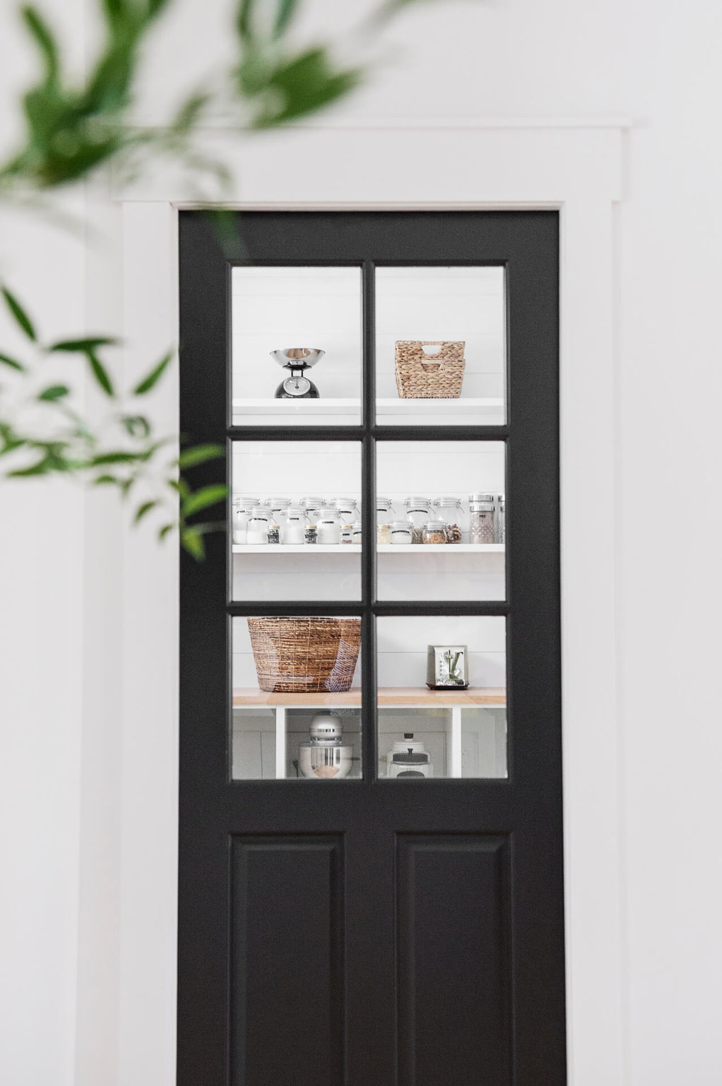 AKB Design cuisine blanche armoire noire poignee laiton comptoir quartz garde manger 19