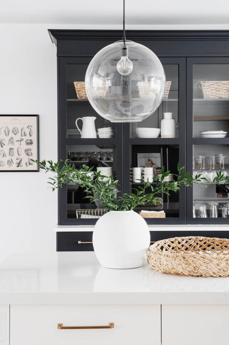 AKB Design cuisine blanche armoire noire poignee laiton comptoir quartz garde manger 1b