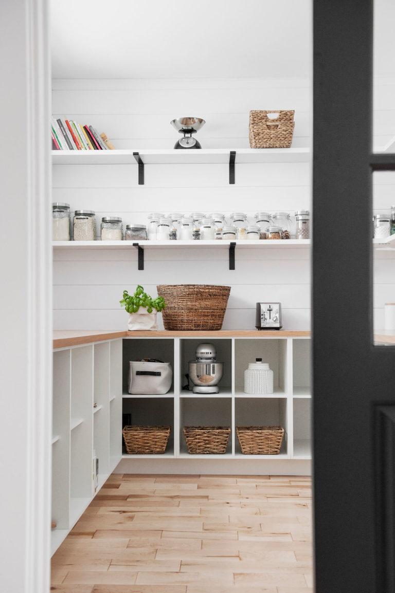 AKB Design cuisine blanche armoire noire poignee laiton comptoir quartz garde manger 20