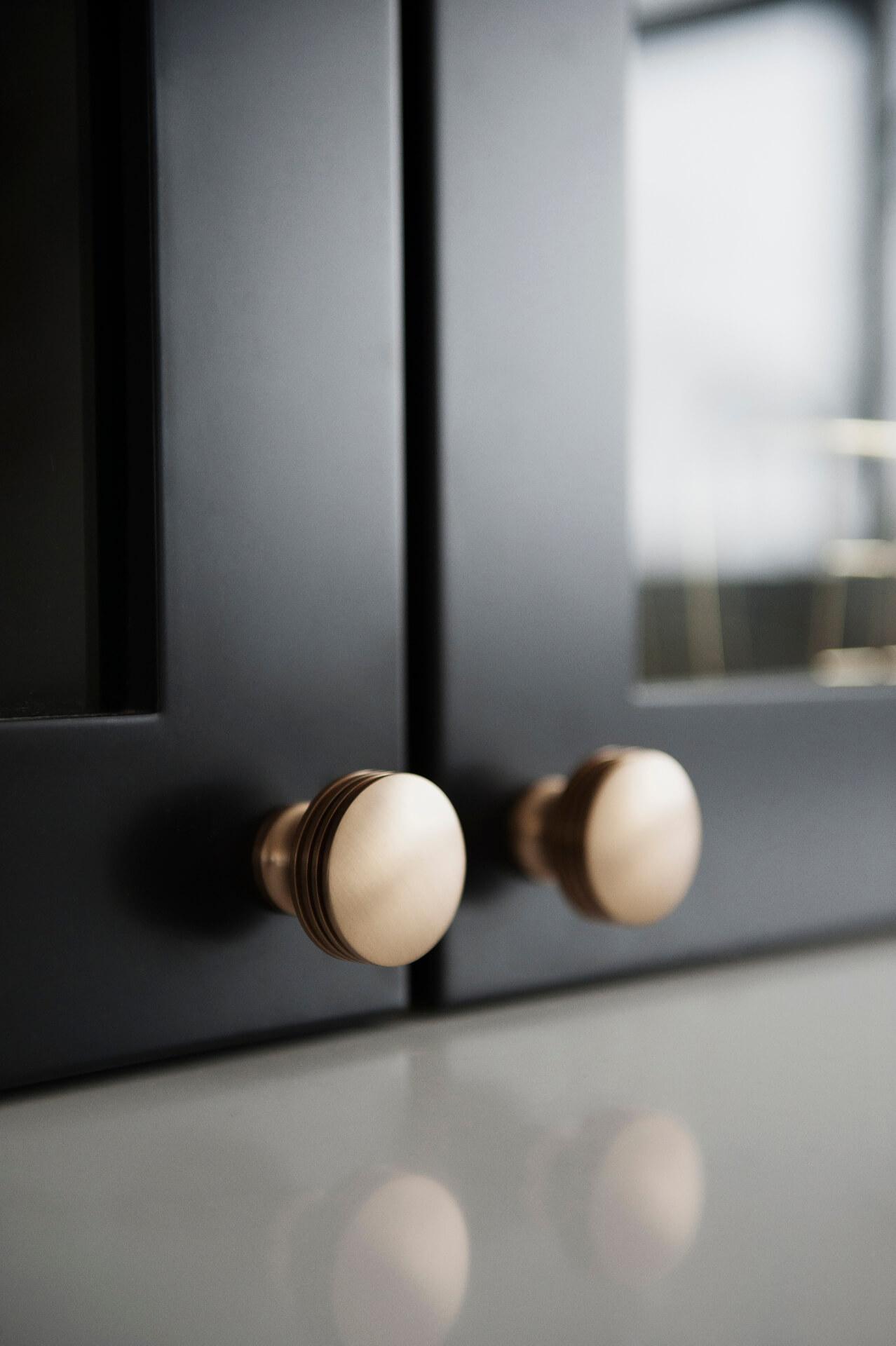 AKB Design cuisine blanche armoire noire poignee laiton comptoir quartz garde manger 26