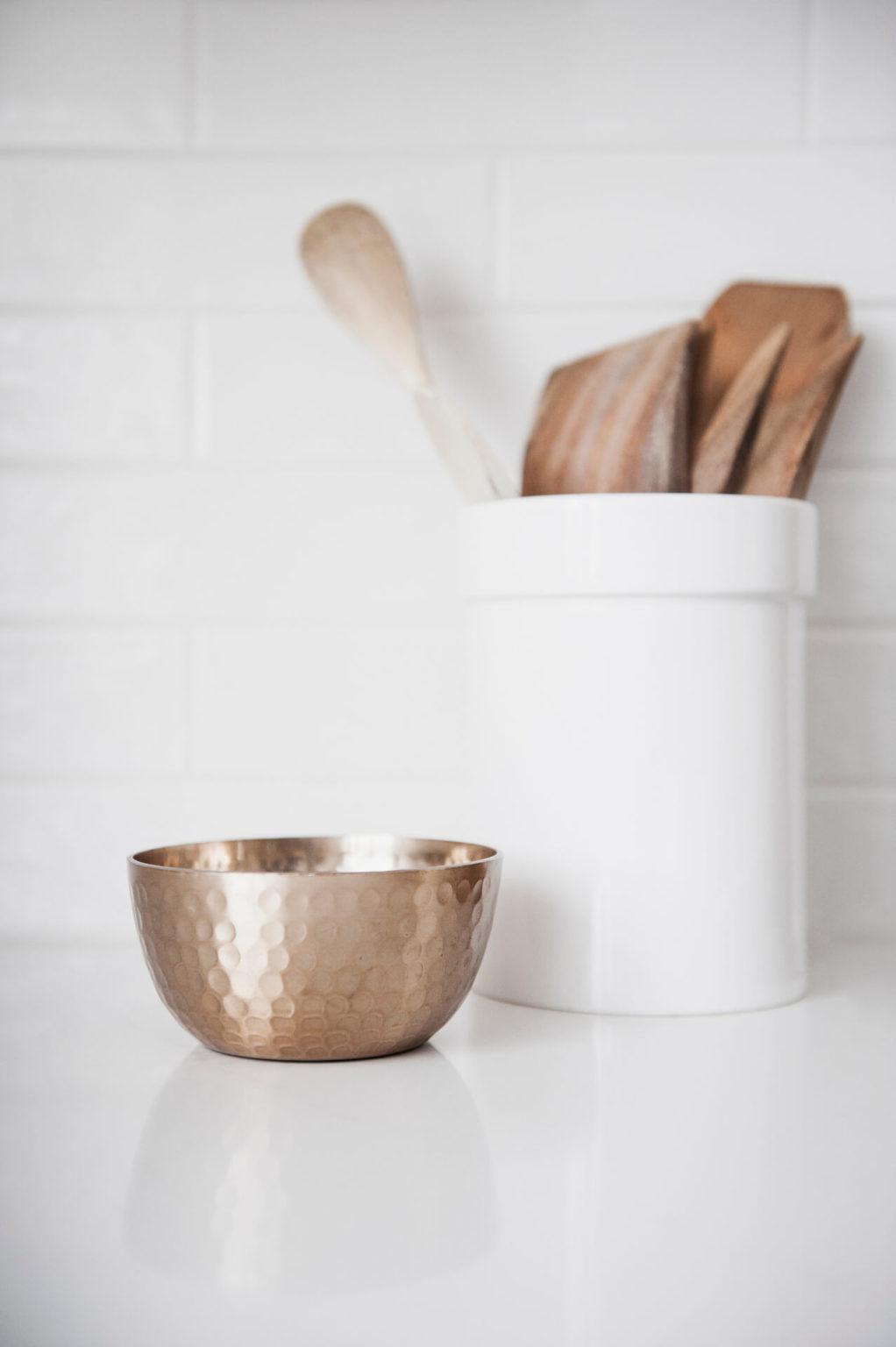 AKB Design cuisine blanche armoire noire poignee laiton comptoir quartz garde manger 27