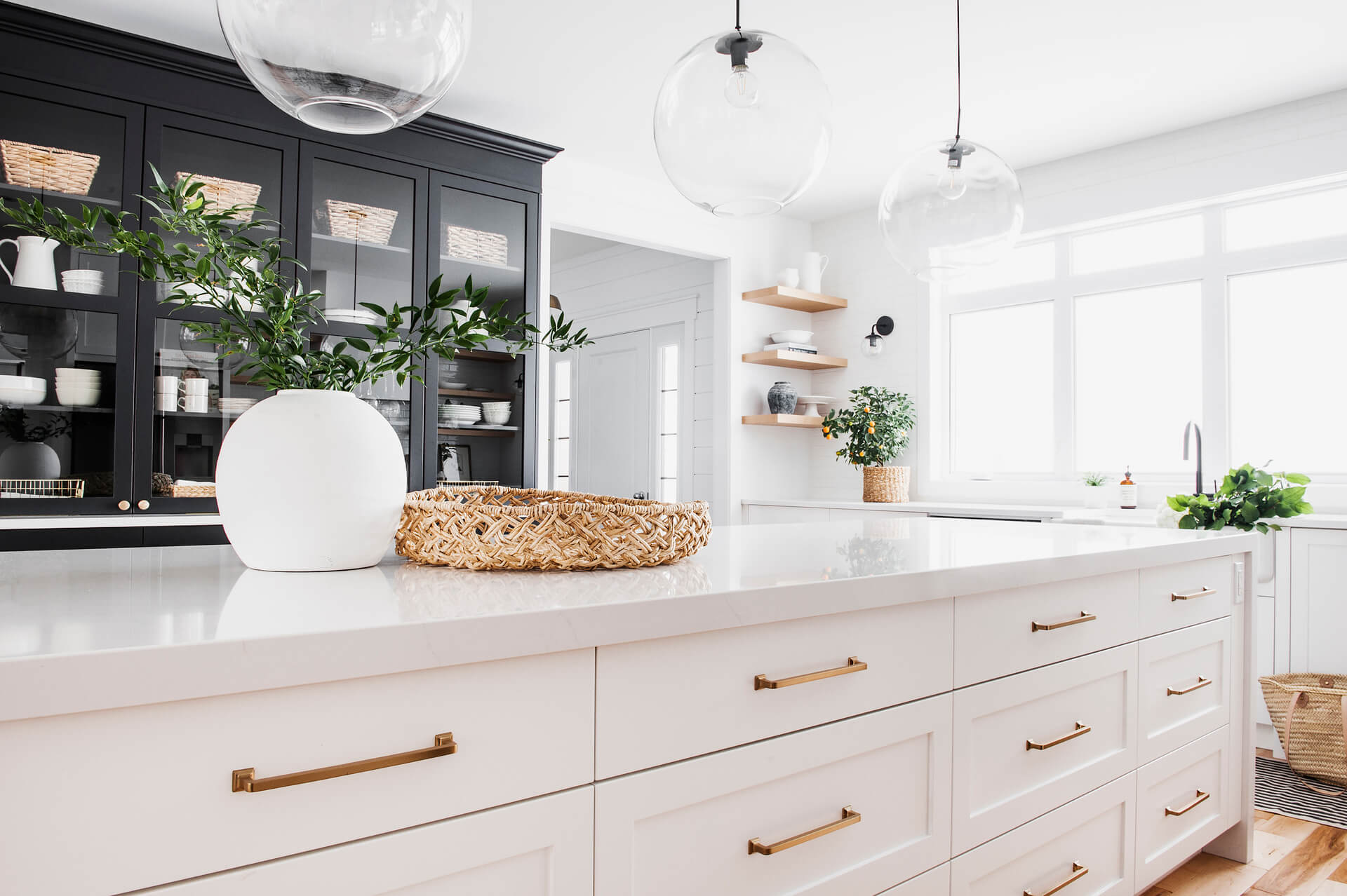 AKB Design cuisine blanche armoire noire poignee laiton comptoir quartz garde manger 6