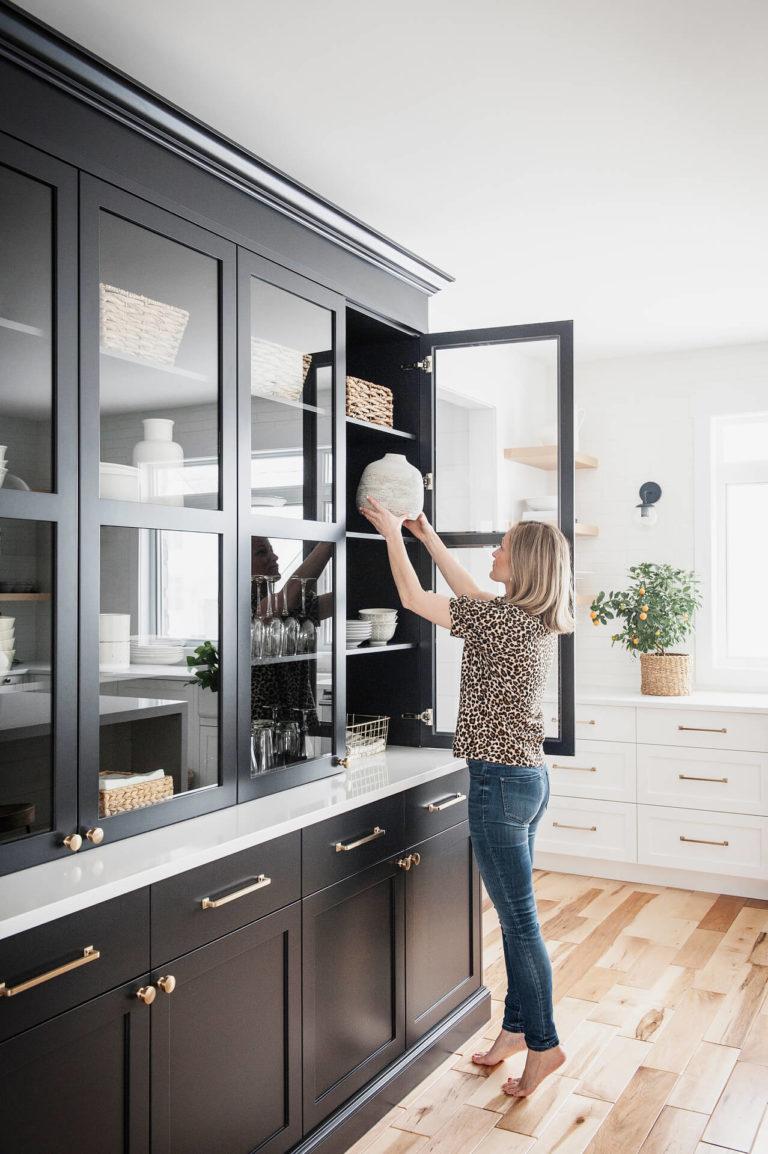 AKB Design cuisine blanche armoire noire poignee laiton comptoir quartz garde manger 7