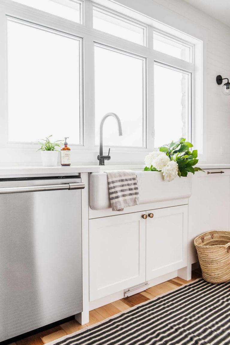 AKB Design cuisine blanche armoire noire poignee laiton comptoir quartz garde manger 9