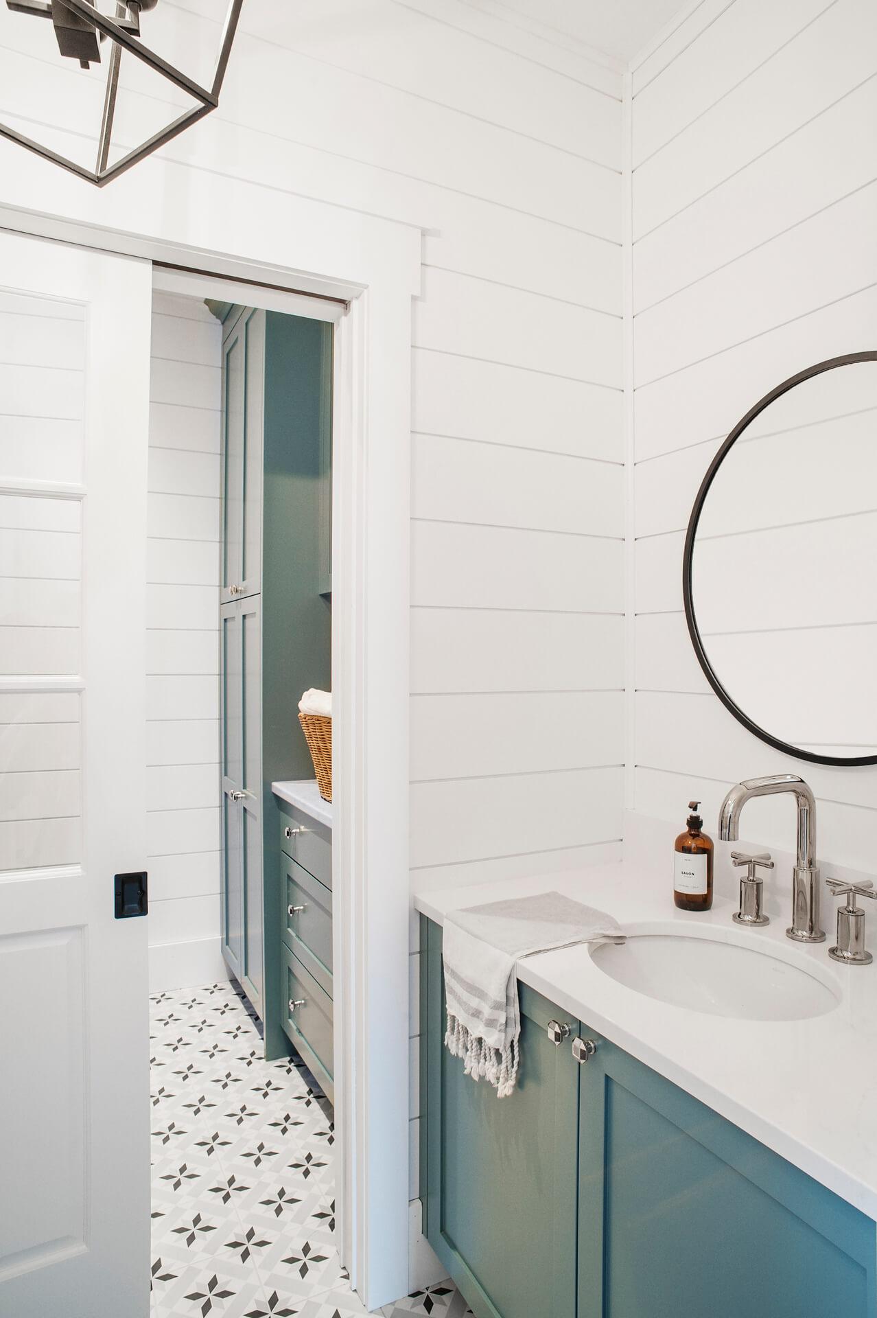 AKB Design salle de lavage bleue shiplap blanc lanterne farmhouse 1