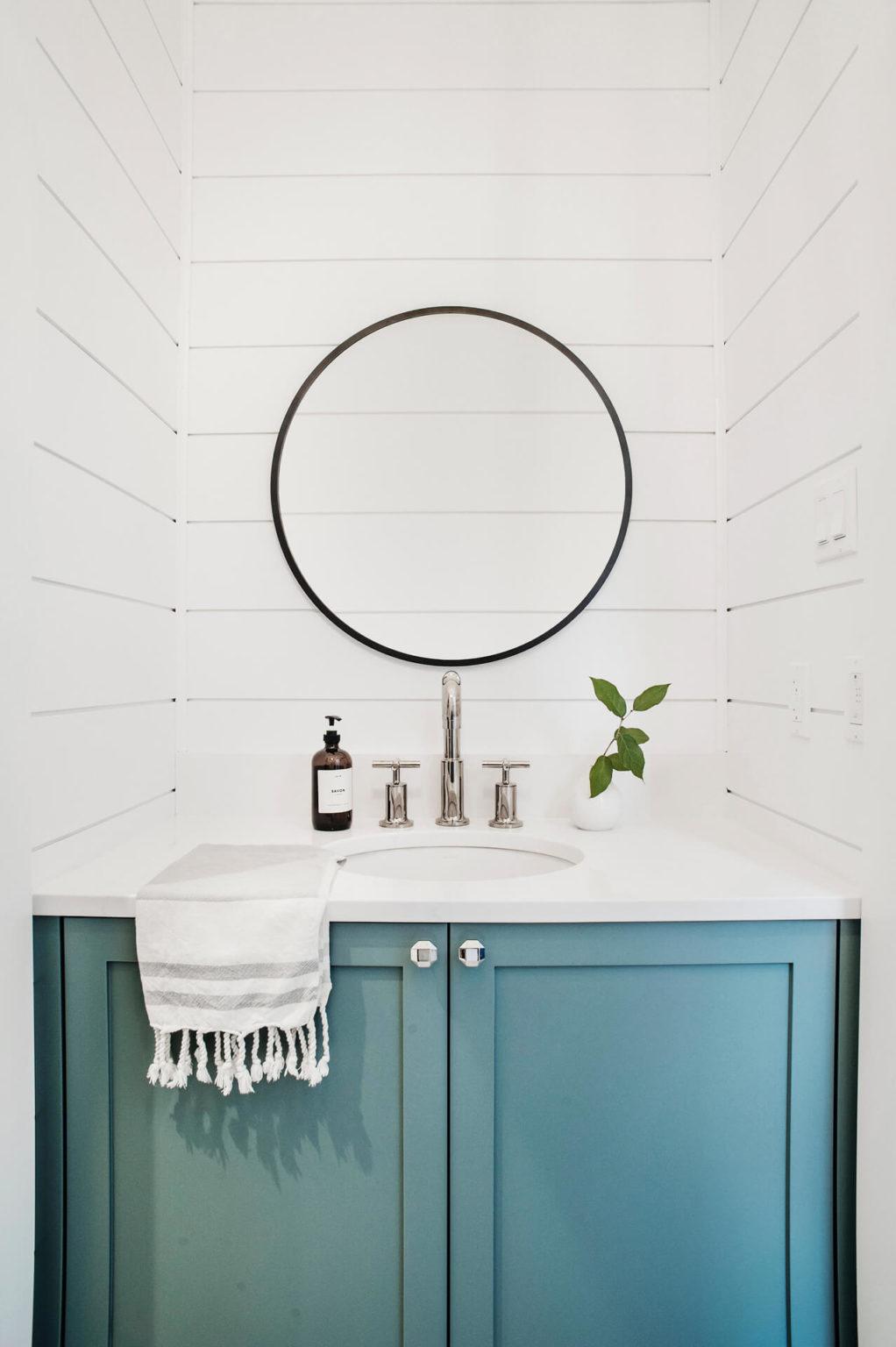 AKB Design salle de lavage bleue shiplap blanc lanterne farmhouse 2