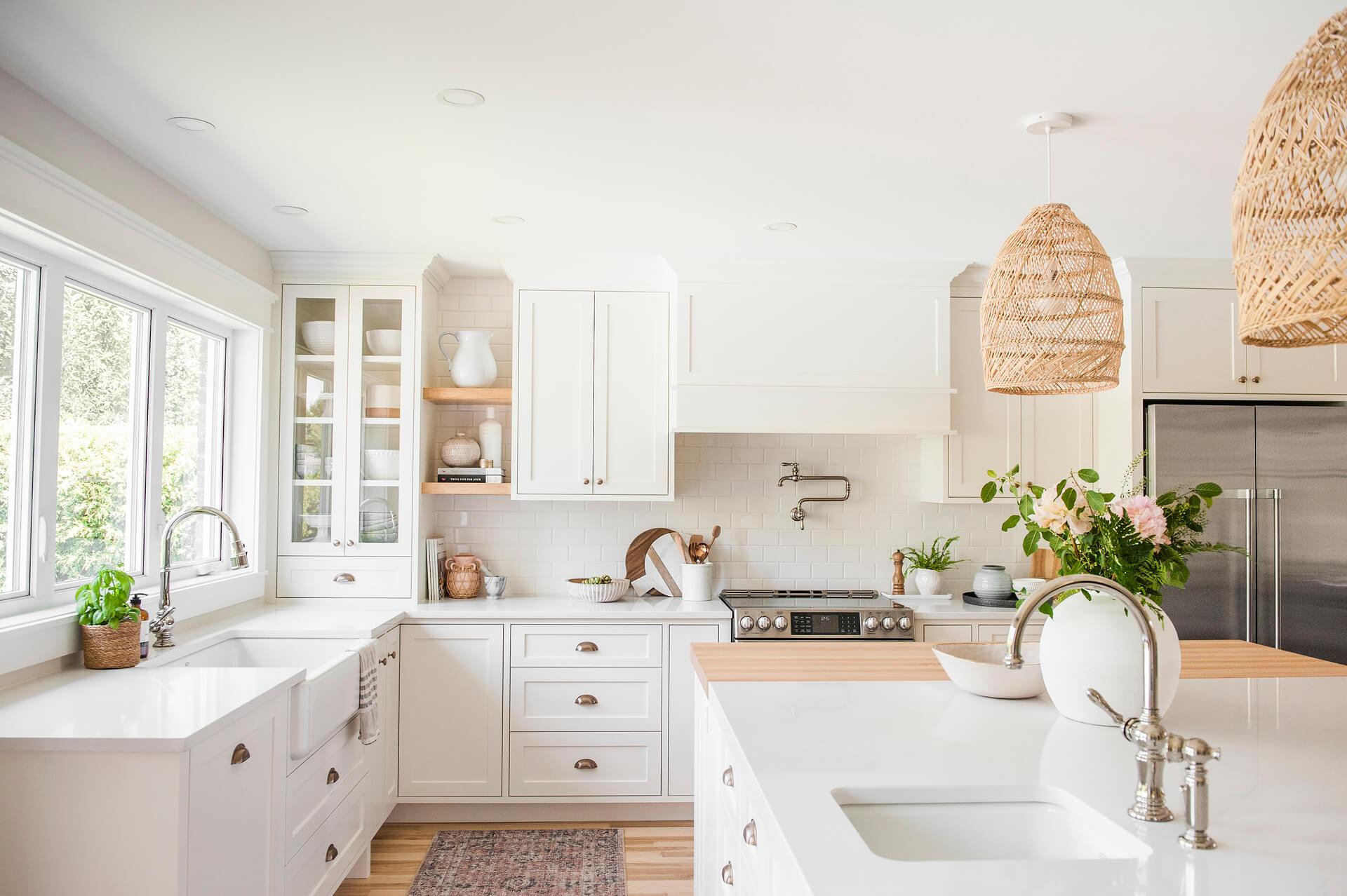 Frobisher AKB Design cuisine blanche farmhouse classique tablette bois luminaire osier ilot quarz 1