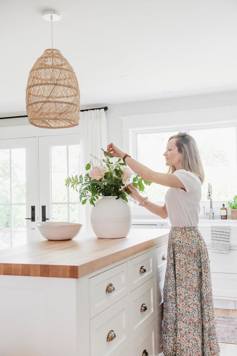 Frobisher AKB Design cuisine blanche farmhouse classique tablette bois luminaire osier ilot quarz 10