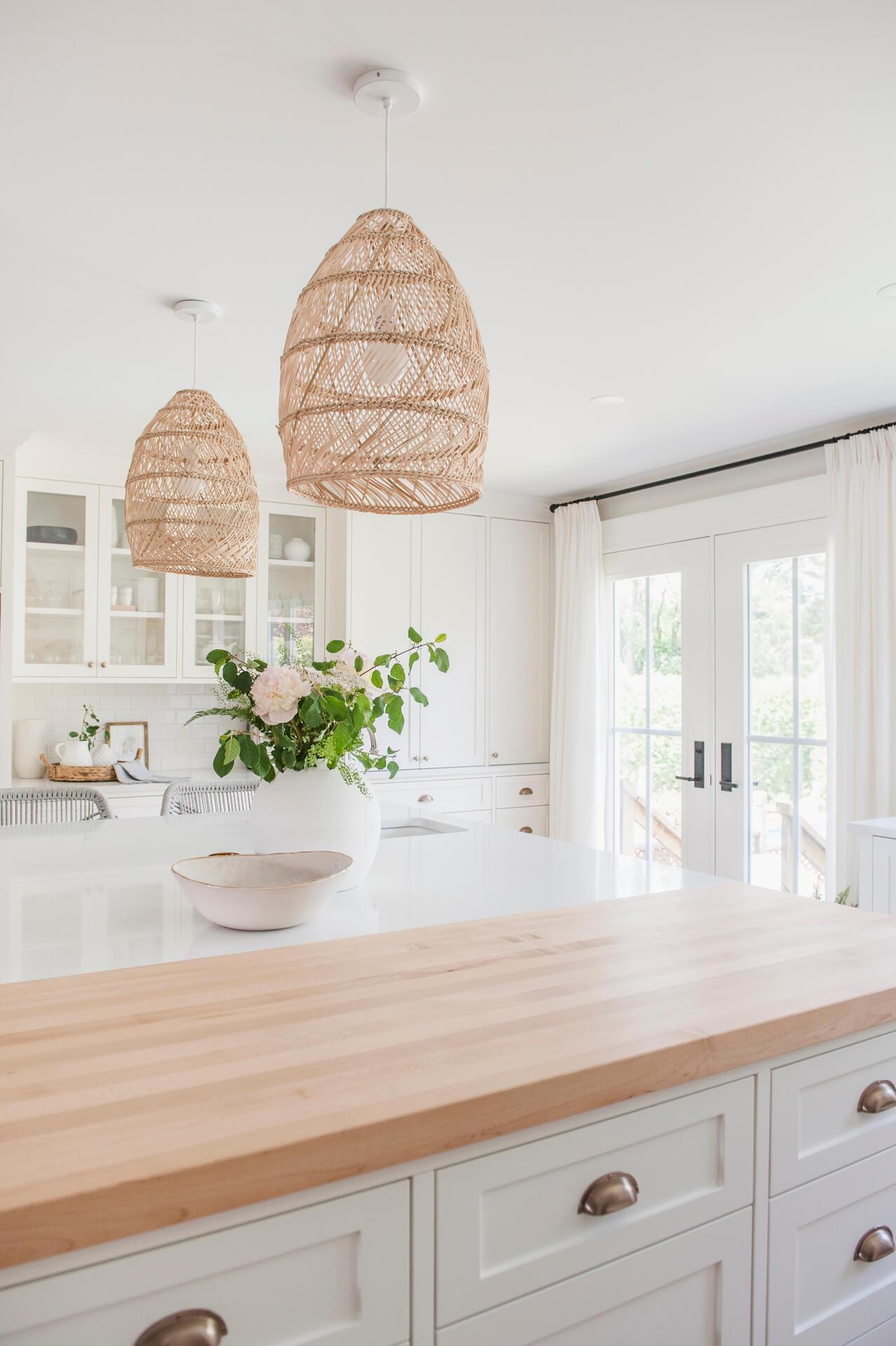 Frobisher AKB Design cuisine blanche farmhouse classique tablette bois luminaire osier ilot quarz 12