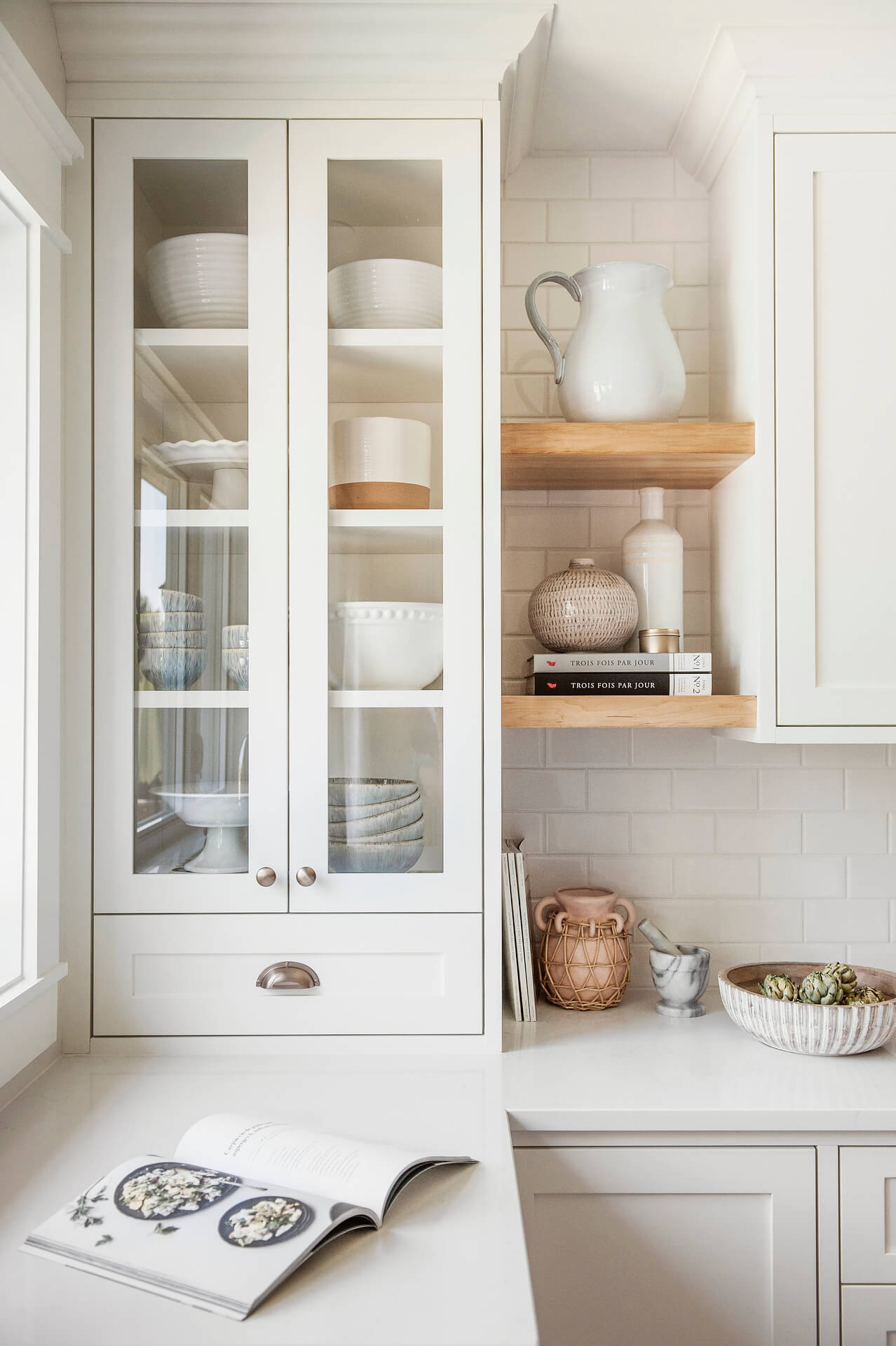 Frobisher AKB Design cuisine blanche farmhouse classique tablette bois luminaire osier ilot quarz 13