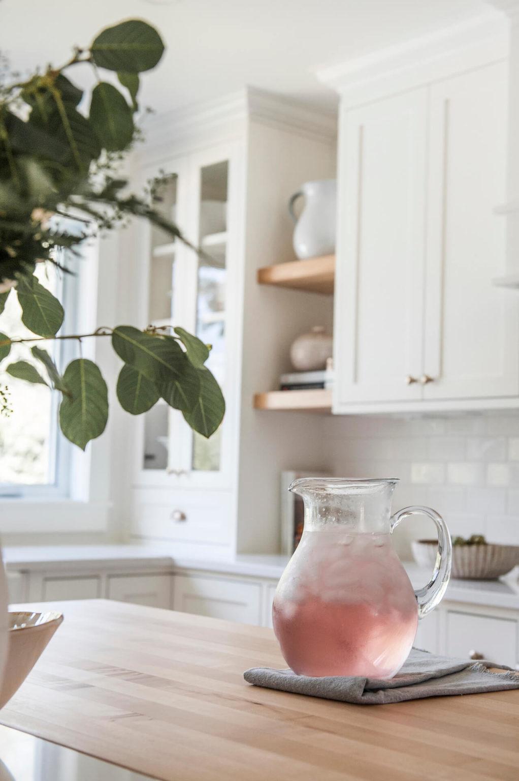 Frobisher AKB Design cuisine blanche farmhouse classique tablette bois luminaire osier ilot quarz 14