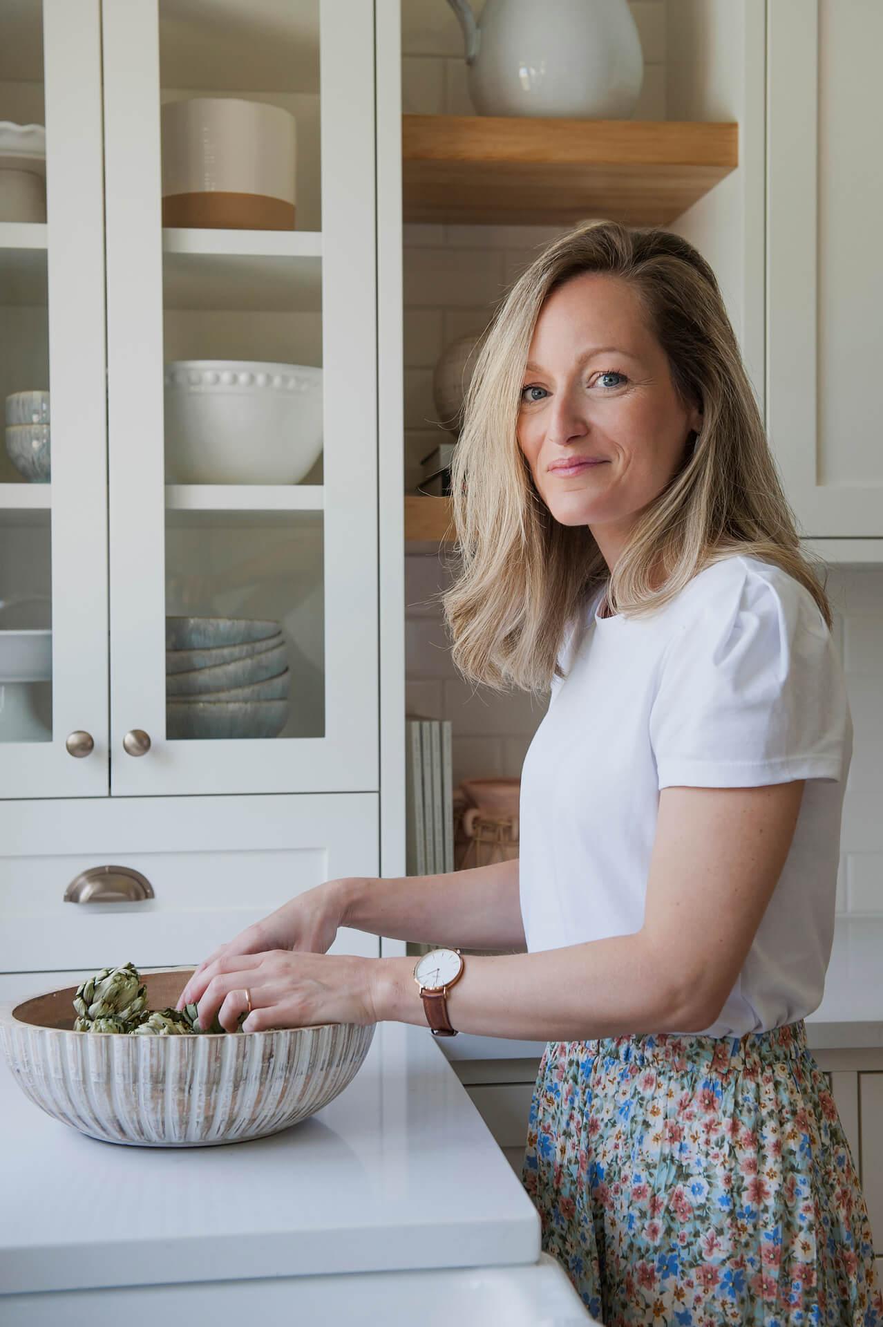 Frobisher AKB Design cuisine blanche farmhouse classique tablette bois luminaire osier ilot quarz 16