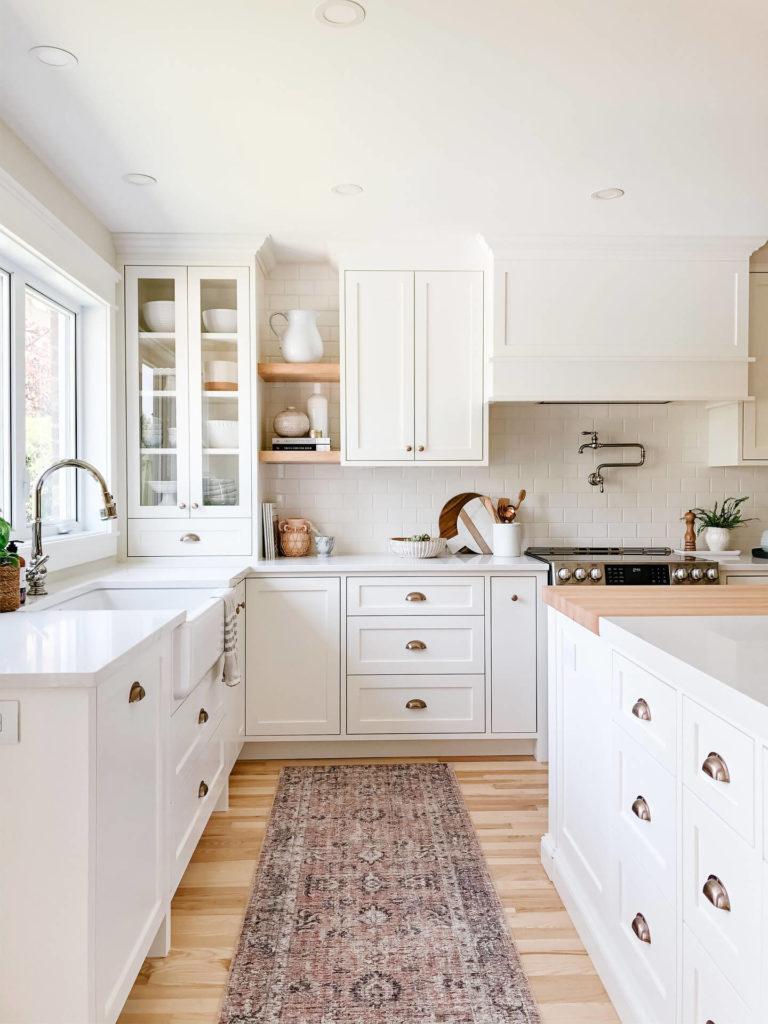 Frobisher AKB Design cuisine blanche farmhouse classique tablette bois luminaire osier ilot quarz 2