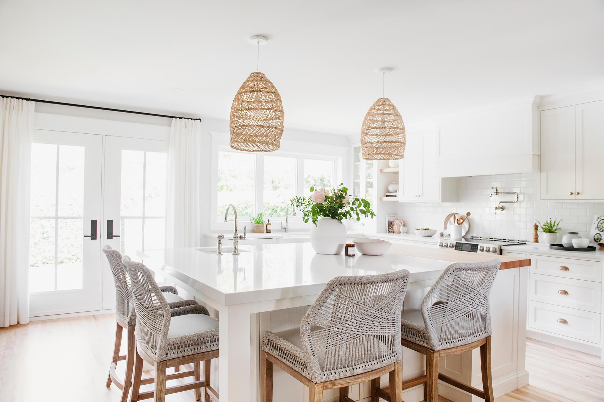 Frobisher AKB Design cuisine blanche farmhouse classique tablette bois luminaire osier ilot quarz 3