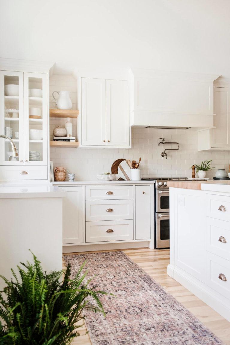 Frobisher AKB Design cuisine blanche farmhouse classique tablette bois luminaire osier ilot quarz 4
