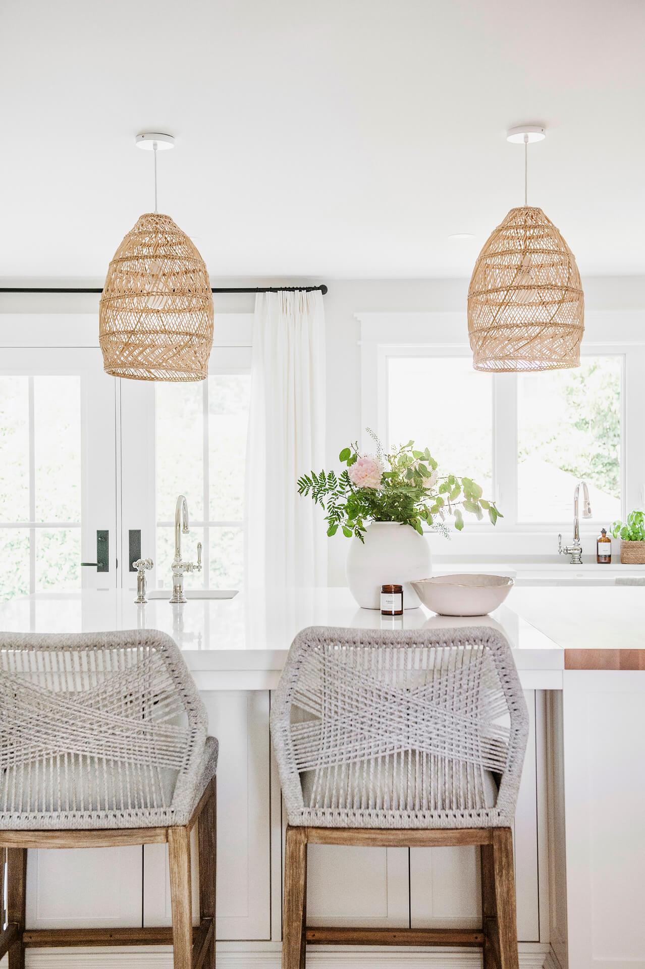 Frobisher AKB Design cuisine blanche farmhouse classique tablette bois luminaire osier ilot quarz 5