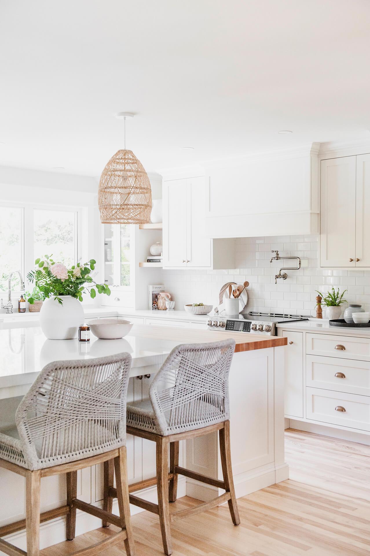 Frobisher AKB Design cuisine blanche farmhouse classique tablette bois luminaire osier ilot quarz 6