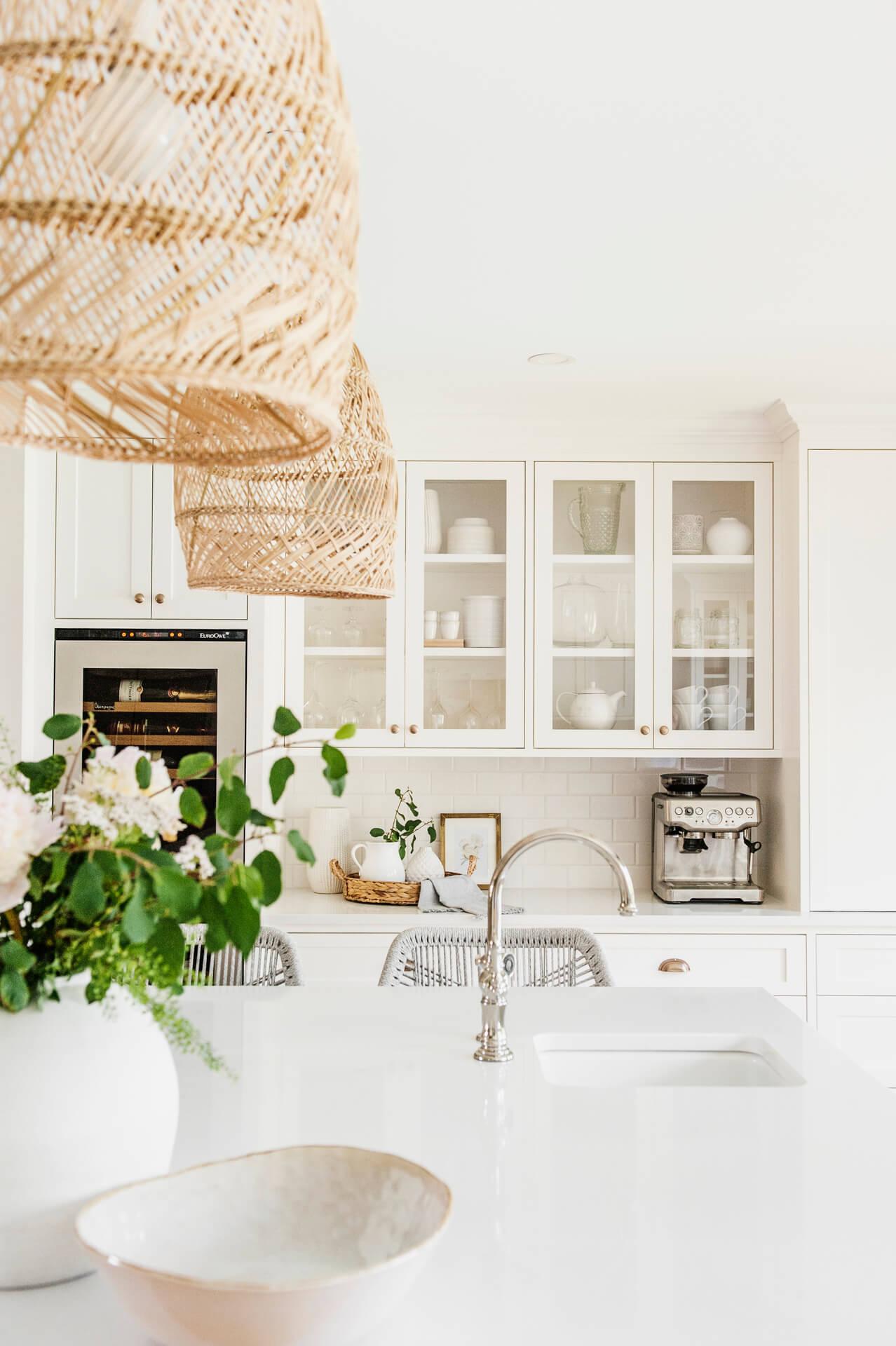 Frobisher AKB Design cuisine blanche farmhouse classique tablette bois luminaire osier ilot quarz 7