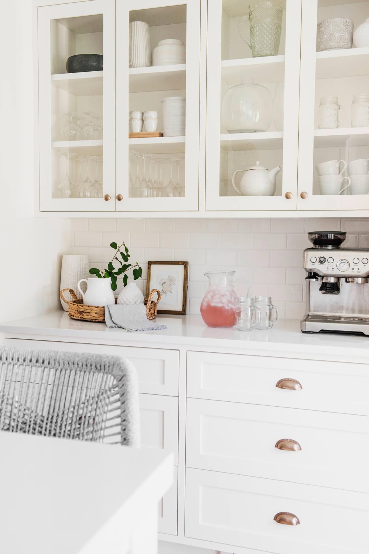 Frobisher AKB Design cuisine blanche farmhouse classique tablette bois luminaire osier ilot quarz 8