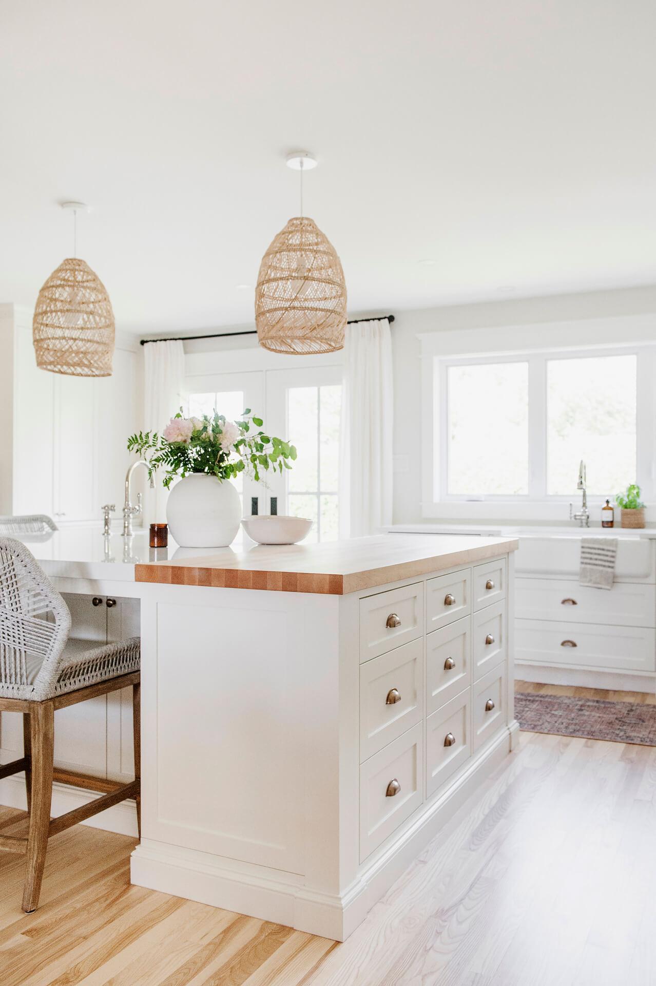 Frobisher AKB Design cuisine blanche farmhouse classique tablette bois luminaire osier ilot quarz 9