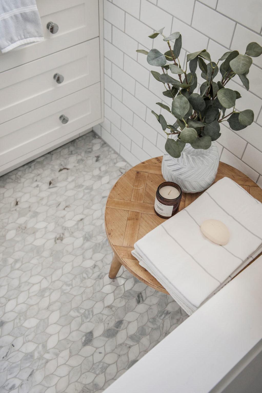 Frobisher AKB Design salle de bain marbre robinetterie murale vanite double quartz lingerie brique blanche22