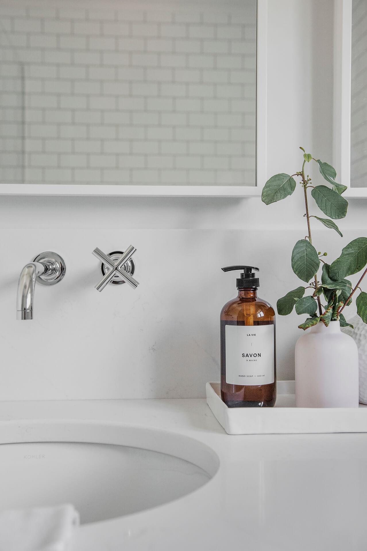 Frobisher AKB Design salle de bain marbre robinetterie murale vanite double quartz lingerie brique blanche23