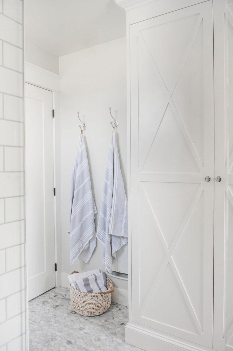 Frobisher AKB Design salle de bain marbre robinetterie murale vanite double quartz lingerie brique blanche26