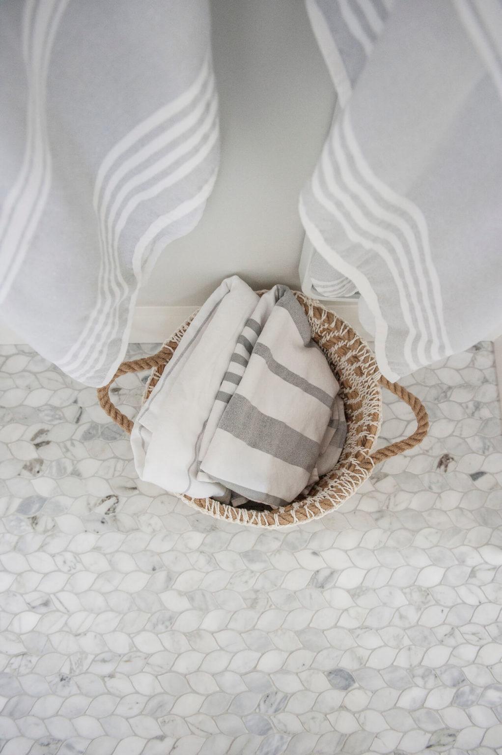 Frobisher AKB Design salle de bain marbre robinetterie murale vanite double quartz lingerie brique blanche27