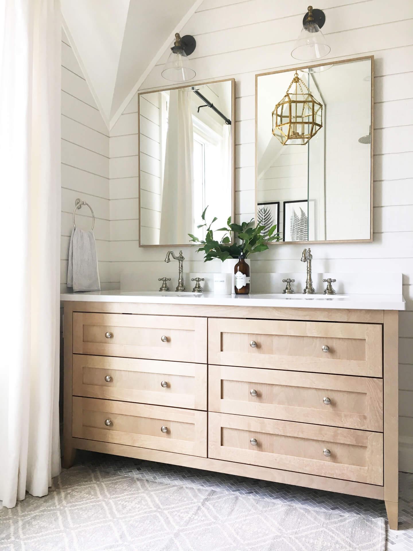 Leveillee AKB Design salle de bain vanite bois marbre herringbone shiplap farmhouse style 1